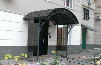 Кованный козырек -вход в дом. Москва ул полины осипенко